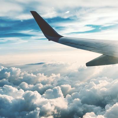 雲の上を進むフライトから見た飛行機の左の翼